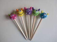 Ausführliche und gut bebilderte Häkelanleitung für die kleinenStift-Monster. Ob auf einem Bleistift oder Buntstift, die kleinen Monster machen einfach Spaß und bringen gute Laune! Die fertigenMonster werden bei Verwendung von SchachenmayrCatan