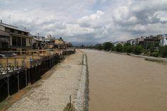 青空に、川床に、のどかな鴨川の様子を想像していたら、連日の雨で濁流に。 京都 kyoto Kyoto, Railroad Tracks, Scenery, Sidewalk, Landscape, Side Walkway, Walkway, Paisajes, Walkways