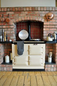 Love this rustic country kitchen + stove Alter Herd, Aga Stove, Kitchen Decor, Kitchen Design, Aga Kitchen, Kitchen Brick, Cosy Home, Home Decoracion, Vintage Stoves