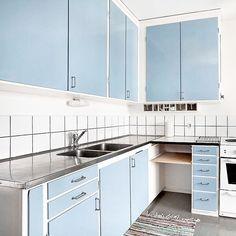 Här är en bild till från köket i Simrishamn. I bilden syns arbetsplatsen med den utdragbara bänkskivan/skärbrädan. På denna kunde man tex. ha sin symaskin eller annan köksmaskin. I det tomma utrymmet fanns det plats för en kökspall.  #funkiskök #massivaträkök #köksinspiration #funkis #60tal #retrokök #retro #kvalitet #hållbarhet