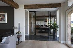 In de woonkamer en keuken zijn 3 stoere eikenhouten balken in het plafond aangebracht waardoor beide ruimtes nog sfeervoller worden.