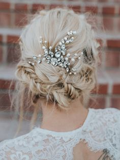 """""""Carmen"""" Medium Rhinestone and Pearl Bridal Hair Comb Hand beaded bridal hair comb features high quality rhinestones in silver or gold accented with authentic freshwater pearl in an elegant, romantic boho design. Choose Silver or Gold Bridal Updo, Headpiece Wedding, Pearl Bridal, Bridal Comb, Boho Wedding Hair Updo, Romantic Bridal Hair, Wedding Garters, Bridal Headpieces, Best Wedding Hairstyles"""