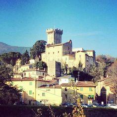 Under the Tuscan winter sun  Vicopisano sparkles like a jewel against the backdrop the Montepisano and a blue winter sky! . . . . .  #visittuscany #vicopisano #wintersun #wintersunshine #buongiorno #holidayintuscany #tuscanylovers #medieval #brunelleschi #larocca #tuscansun #underthetuscansun #tuscanylovers #bluesky #montepisano #tuscany Photo credit: @authentictuscany