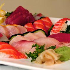 Não sei vcs mas eu particularmente sou louco por sushi! Especialmente por sashimi de salmão e atum. Além de muito bom eles têm benefícios importantes para nossa saúde. Salmão e atum contêm grande fonte de proteínas (que são absorvidas com mais facilidade do que outros tipos de carnes) ricos em ômega 3 (responsável por inúmeros benefícios assim como redução do risco das doenças do coração). Também têm grande presença de ferro iodo magnésio cálcio fósforo vitaminas ácido fólico fundamentais…