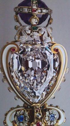 The Cullinan Diamond I, conocida como la Estrella de África, los pesos 530, 0,2 ct. Montado en el Cetro Soberano, que forma parte de las Joyas de la Corona. El Cullinan II, conocido como la Segunda Estrella de África (317,4 quilates) se encuentra en la Corona del Estado Imperial y es también parte del Inglés Joyas de la Corona