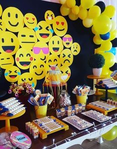 The emoji party is one of the latest trends in festivals decoration. The party emoji is inspired by the famous faces used to send messages. The emoji m Party Emoji, Emoji Party Decor, Emoji Decorations, Birthday Party Decorations, Epic Emoji, Freshers Party, 10th Birthday Parties, 8th Birthday, Diy Party