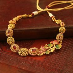 Floral meenakari + Twinkling stones + Gorgeous matte gold karigari = Fall in love💕 Gold Temple Jewellery, Real Gold Jewelry, Golden Jewelry, India Jewelry, Gold Jewellery Design, Jewellery Stand, Designer Jewellery, Simple Jewelry, Silver Jewellery