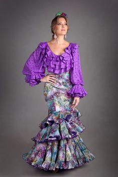 Nuevos trajes de flamenca para el 2016 con nuestra colección Gitanillas Andaluzas. Toda la esencia de El Ajolí al alcance de tu mano. Visítanos. Fashion Photo, Boho Fashion, Fashion Outfits, Frill Dress, Dress Skirt, Flamenco Costume, Spanish Dress, Tribal Costume, 2016 Fashion Trends