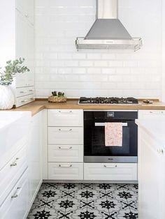 Porcelánico que imita la baldosa hidráulica Beach House Kitchens, Home Kitchens, Kitchen Layout, Kitchen Design, Ikea Inspiration, Cuisines Design, Kitchenette, Home Interior, Interior Design
