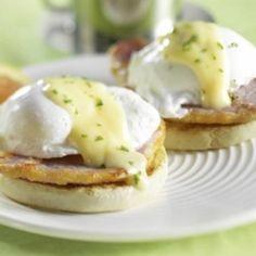 Les œufs à la bénédictine constituent le classique par excellence du brunch. Pour réussir ce plat, tout est une question de temps de cuisson. Assurez-vous d'avoir tous les ingrédients à portée de main et préparez la sauce hollandaise en premier lieu. Les œufs peuvent être pochés sur la cuisinière ou au micro-ondes avant d'être déposés sur un muffin anglais garni d'une tranche de bacon de dos, le tout nappé d'une cuillerée de sauce hollandaise.