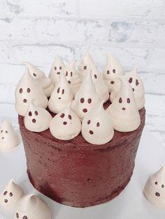 Heute gibt es eine leckere und mega saftige Schoko-Torte mit Haselnüssen und Schoko-Buttercreme!🤤 Also alle Chocoholics, das ist eure Torte!🍫 Als Dekoration habe ich die Baiser-Geister meines letzen Posts verwendet, die wie ich finde super auf eine dunkle Schoko-Torte passen!😍 Die Torte ist zwar eher minimalistisch dekoriert aber ich hab das ab und zu ganz gerne.😊 Kakao, Super, Desserts, Food, Bakeware, Merengue, Minimalist, Dekoration, Postres