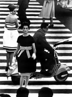 Piazza di Spagna, Rome 1960 © William Klein. Two black-and-white dresses by Capucci.