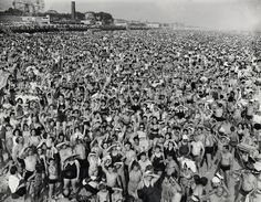 Crowd at Coney Island - Weegee (1940)