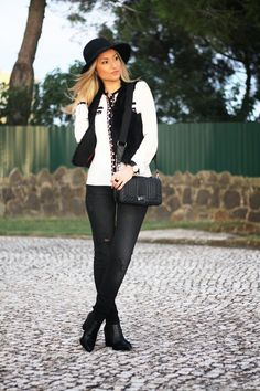 Novo Look do dia/Outfit Black & White com camisa statement e botas com textura de píton/animal print. Dicas de Moda e Imagem. Blog de Moda Style Statement. Tendências. Outono/Inverno. Black and white, colete de pêlo, fur vest, ripped jeans, relógios daniel wellington. Ano Novo 2015