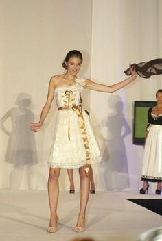 YOMARA Dirndl Design - Brautdirndl mit Goldschleife #Tracht #Hochzeitsdirndl