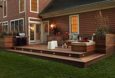 Terrasse en teck massif, mobilier en bois et bardage extérieur assorti.