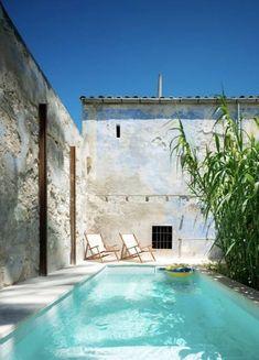25 ideas para tener una piscina en patios y jardines pequeños Small Backyard Pools, Small Pools, Kleiner Pool Design, Piscina Interior, Moderne Pools, Small Pool Design, Townhouse For Rent, Porche, Palace