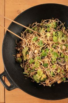 wok de nouilles sautées au brocolis et champignons VEGAN - stir fried noodles with broccoli and mushrooms