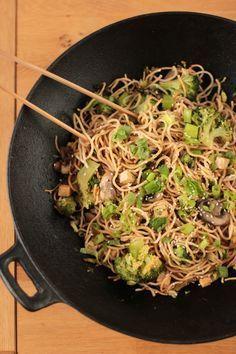 wok de nouilles sautées au brocolis et champignons VEGAN - stir fried noodles with broccoli and mushrooms