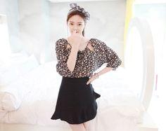 斜めについたラッフルが女性らしくてユニークなスカート♪ 落ち着いたネイビーカラーを使用しているのでコーデに取り入れやすいです。[Niponjjuya]