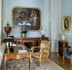 Quelques photographies d'un superbe appartement à New York décoré par le grand Alberto Pinto : Beaucoup de bleu, du mobilier français de toutes époques, un esprit Napoléon III, l'éclectisme cher au célèbre décorateur.