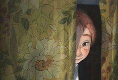 niño tras cortina