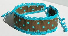 This crochet trim headband with ties comes in the appealing combination of dark brown and turquoise. The ties let you have a perfect fit every time you wear it.*Headband 19 in x 2 1/4 in. at widest point (48 cm. x 6 cm.)*Ties about 10 in. (about 25 cm.)*Machine wash and dry with low temperatures. Can be ironed if needed.HB0002