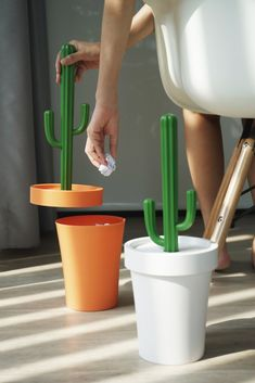 Cactrash - Bin - QUALY-living with styles - - This cactus can keep your room clean. Just pull the cactus plant out and leave your garbage in the pot, push the plant to flatten your garbage and you will have more space to throw the rubbish in. Home Decor Hacks, Diy Home Decor, Room Decor, Decor Ideas, Room Ideas, Cactus Decor, Cactus Plants, Indoor Cactus, Cactus Art
