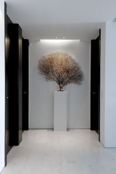 sculpture on plinth entrance hall lobby pasillo en blanco y negro Modern Interior, Interior Architecture, Interior And Exterior, Interior Design, Lobby Design, Halls, Hotel Lounge, Style Deco, Corrugated Metal