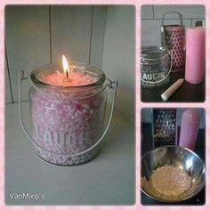 Kaarsen raspen en hier een pot mee vullen.