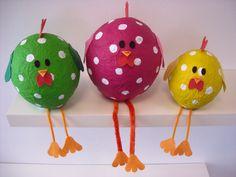 Maak deze leuke, door papier-maché gemaakte, kippen voor Pasen. Kijk op de Surfsleutel voor de beschrijving!