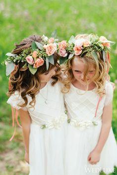 Un jolie couronne de roses et une petite robe blanche, la tenue parfaite pour une petite fille d'honneur
