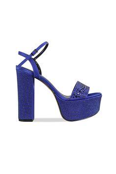 Esta sandalia es perfecta para completar cualquier look de fiesta. Su taco cuadrado da mayor estabilidad haciendo de este un zapato ideal para acompañarte toda la noche sin perder el estilo.