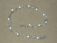Tiara em croche de fio de metal, fios de aço inoxidável, bordado com cristais brancos.
