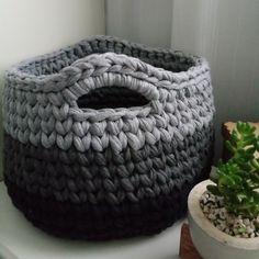 Crochet Bowl, Crochet Basket Pattern, Knit Basket, Crochet Art, Crochet Gifts, Basket Weaving, Crochet Symbols, T Shirt Yarn, Chrochet