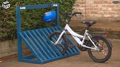 Hobbyklus - Wie thuis meer dan één fiets heeft kent het probleem. Fietsen staan vaak wanordelijk en nemen zo te veel plaats in. Een fietsenrek kan de oplossing zijn. Met wat hout en enkele schroeven knutselen we een stevig rek ineen, op maat van elk gezin.