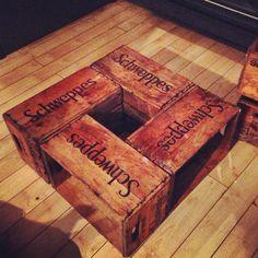 Vieilles caisses de shweppes + roues = table de salon pratique et jolie! Sweet Home, Table, Old Crates, Wheels, Custom In, Living Room, House Beautiful, Tables, Desk