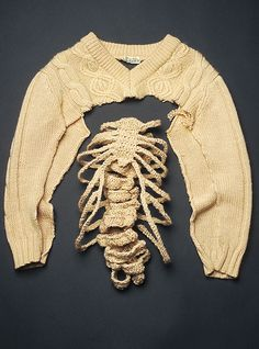 Lydia Kenselaar refashioned the guts of a cabled sweater into an amazingly realistic knitted rib cage with this brilliant sweater hack way Sculpture Textile, Resin Sculpture, Mode Kawaii, Design Textile, Knit Art, Fashion Art, Fashion Design, Fabric Manipulation, Textile Artists