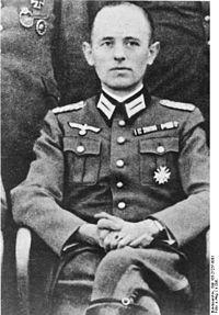 Reinhard Gehlen era un líder que dirigió el espionaje e inteligencia alemán sobre los soviéticos en la SGM. Construyó la operación de espionaje más eficaz de la guerra pero Hitler rara vez le creyó. Gehlen descubrió que Alemania perdería la guerra y se posicionó para hacerse cargo de espionaje después de la guerra. Se incluyó a su personal, oficiales de las SS y otros ex-nazis. Él outed muchos espías rusos y tenía el cargo más alto hasta 1968. Se puso una pensión de la CI ....