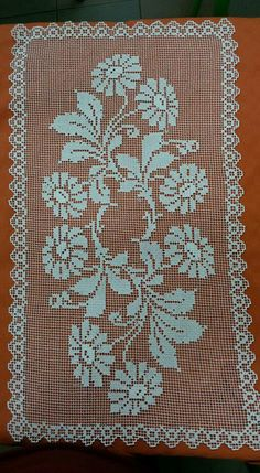 Filet Crochet, Knit Crochet, Cross Stitch Patterns, Crochet Table Runner, Knitted Flowers, Diy Arts And Crafts, Decoration Table, Table Runners, Hand Embroidery