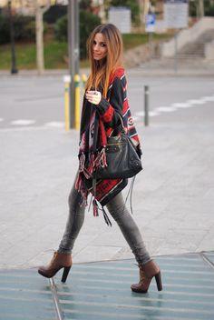 Comprar ropa de este look: https://lookastic.es/moda-mujer/looks/poncho-negro-vaqueros-pitillo-grises-botines-con-cordones-marrones/14604   — Poncho Estampado Negro  — Bolsa Tote de Cuero Negra  — Vaqueros Pitillo Grises  — Botines con Cordones de Cuero Marrónes