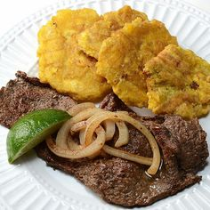 """Puerto Rican Food- bistec con tostones [NOT from """"south of the border"""" but from the Caribbean] Puerto Rican Cuisine, Puerto Rican Recipes, Cuban Recipes, Cuban Cuisine, Comida Boricua, Boricua Recipes, Comida Latina, Empanadas, Spanish Dishes"""