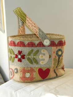 love the flowers.great for wool applique Button Angel Folk heart basket Patchwork Bags, Quilted Bag, Penny Rugs, Basket Bag, Purse Patterns, Fabric Bags, Wool Applique, Sewing Accessories, Handmade Bags