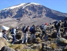 """De Kilimanjaro is de hoogste berg van Afrika. De beklimming via de normaalroute (de Muranguroute) omhoog en daarna dezelfde weg omlaag is technisch gezien niet moeilijk. Als je hem op die manier """"beklimt"""", dan heb je geen klimspullen nodig."""