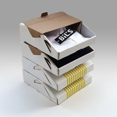 Специалисты из турецкого креативного агентства Ypsilon Tasarim разработали оригинальную конструкцию коробок для упаковки рубашек BİLSHİRT. Уникальные картонные коробки имеют самосборную конструкцию с откидной крышкой которая откидывается не на всю ширину коробки, а примерно на 1/3 и при этом может быть зафиксирована в открытом состоянии. Их можно сложить штабелем в некое подобие витрины. Печать нанесена в два цвета: логотип BİLSHİRT и простенький орнамент из вертикальных полос…
