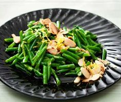 Lemon Green Beans With Almonds + 26 other green bean recipes Vegetable Sides, Vegetable Side Dishes, Vegetable Recipes, Vegetarian Recipes, Green Beans With Almonds, Lemon Green Beans, French Christmas Food, Grinch Christmas, French Food
