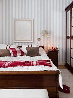 Myös makuuhuoneessa on jouluiset tekstiilit. Taulu on loimaalaisen Katja Hannulan hevosaiheinen teos.
