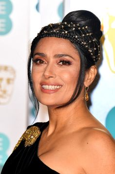 BAFTAs Salma Hayek oozes elegance in clinging black gown with lizard brooch and mesh headdress for sizzling red carpet appearance - Top 10 Ranker Salma Hayek Young, Salma Hayek Photos, Telenovela Teresa, Selma Hayek, Valentino Gowns, Simple Gowns, British Academy Film Awards, Nude Eyeshadow, Good Skin