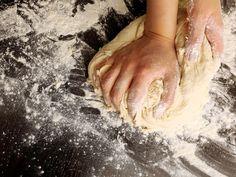 Ein knuspriger Pizzateig, lecker wie in Bella Italia - wie euch der italienische Klassiker garantiert gelingt, erfahrt ihr hier.