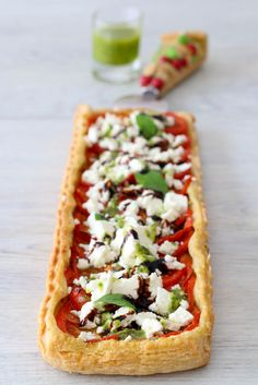 Thin tart with basil pesto, tomatoes & feta - Les Délices De Marina - Thin pesto with basil, tomatoes & feta - Pesto Pasta Recipes, Quiche Recipes, Pizza Recipes, Veggie Recipes, Gourmet Recipes, Cooking Recipes, Salty Foods, Cooking Time, Food Dishes